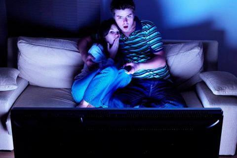 pareja viendo pelicula de miedo