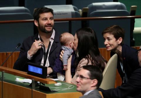 La primera ministra de Nueva Zelanda, Jacinda Ardern, besando a su bebé tras su discurso en la ONU.