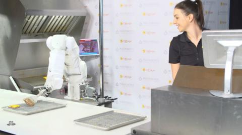 El robot cocinero Flippy prepara hamburguesas a la parrilla