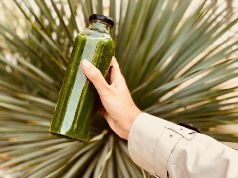 Al comer de manera saludable, su desayuno es siempre una botella de zumo verde o un tazón de fruta fresca.