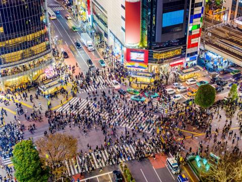 At a single time, up to 1,000 people can be seen crossing the street at Shibuya Station.