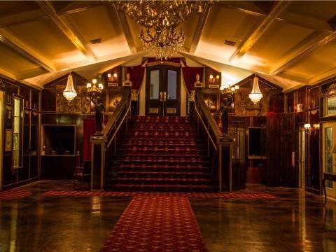 """""""La escalera tiene un modelo similar a la del Titanic, así que cada año tienen un evento relacionado con el Titanic y también hacen fiestas de Navidad,"""" comentó Cheryl Krug-Wirth, agente inmobiliario de la mansión, en una entrevista a USA TODAY"""