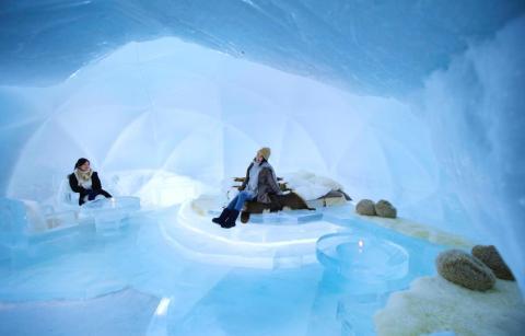 Pero la estrella del espectáculo es, sin duda, el hotel de hielo. Sus habitaciones son iglúes con paredes, camas y muebles de hielo.
