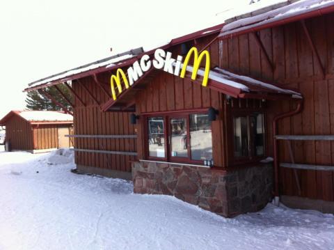 El complejo Lindvallen en Suecia tiene un McDonald's con servicio de recogida esquiando [RE]