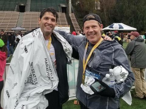 Terry Myerson (izquierda) y Nick Parker (derecha) después de completar la Maratón de Seattle 2017 juntos en un desafío.