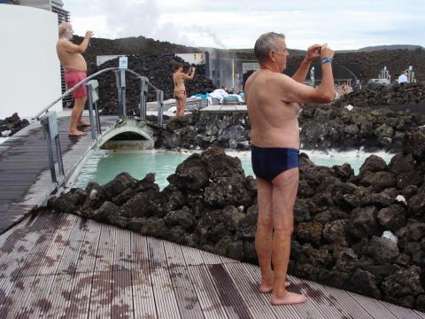...pero también es muy probable que termines con el fondo de la fotografía de otra persona, ya que tanto el agua como las áreas que la rodean están llenas de turistas hambrientos de fotos [RE]