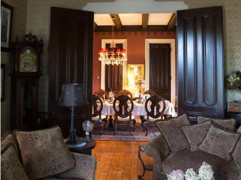 Un par de puertas dan paso al comedor formal