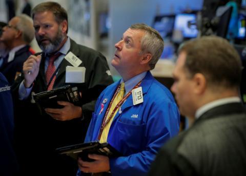 Trader observa atentamente la cotización en Wall Street