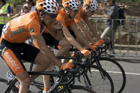Tres miembros del Euskaltel Euskadi durante el Tour Down Under de 2010