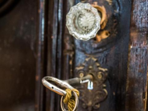 ... Pero gira la llave antigua de la puerta de entrada...