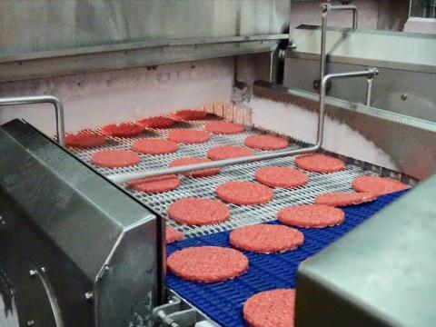 Se utiliza una mezcla de carne fresca y congelada para que las hamburguesas alcancen rápidamente los -18 grados.