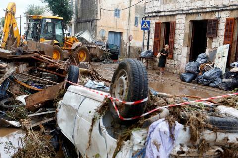 Una vecina, entre los escombros causados por las fuertes lluvias en Sant Llorenc de Cardassar, Mallorca, el 10 de octubre de 2018.