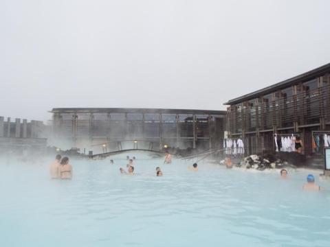 Pero lo que la mayoría de las fotos de Instagram no muestran son los edificios de aspecto industrial que rodean la piscina [RE]
