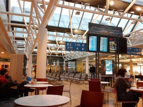 Además, en realidad se encuentra entre el aeropuerto más grande de Islandia (a 20 minutos en coche)... [RE]