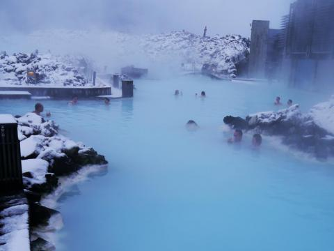 Mientras que la nieve blanca prístina que rodea las aguas azules puede hacer una imagen bonita... [RE]