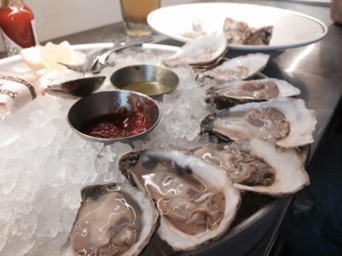 Las ostras a menudo se almacenan y manipulan incorrectamente y deben comerse vivas.