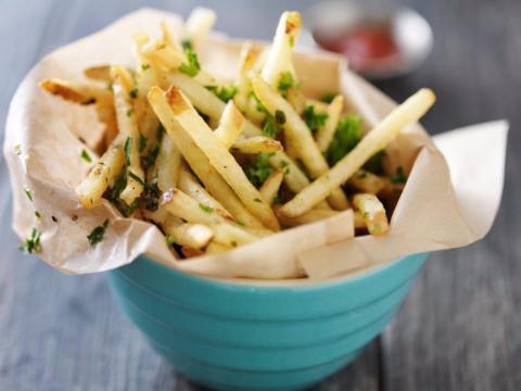 Patatas fritas sazonadas con aceite de trufa.