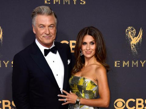 Alec y Hilaria Baldwin en los Emmy Awards de 2017.