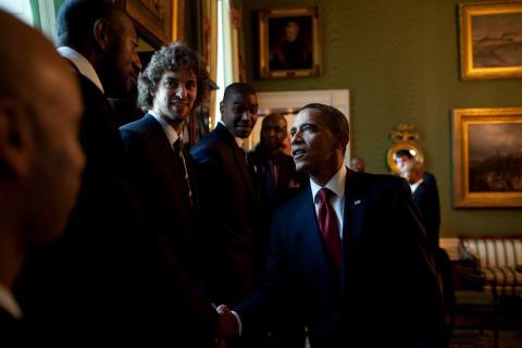 Barack Obama, saludando a los Lakers de Gasol tras el título de NBA de 2009