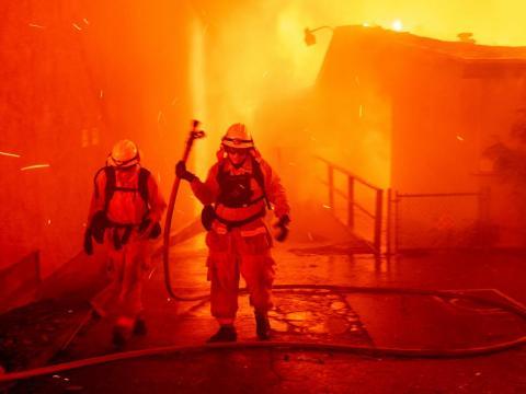 Los bomberos luchan contra las llamas del incendio de Camp