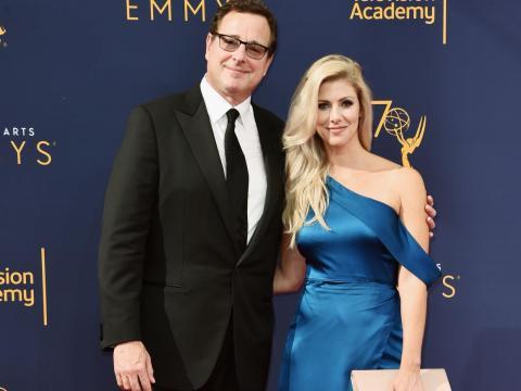 Bob Saget y Kelly Rizzo en los  Creative Arts Emmy Awards de 2018.