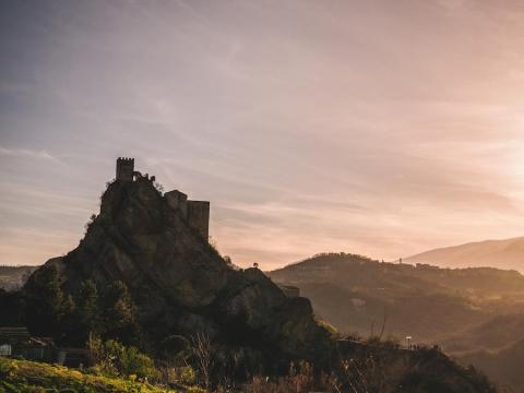 El castillo está situado en una región de Italia conocida por su cocina y sus vinos.