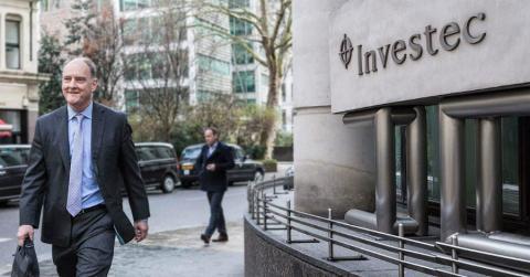 El CEO de Investec, David van der Walt, ante la sede londinense del grupo