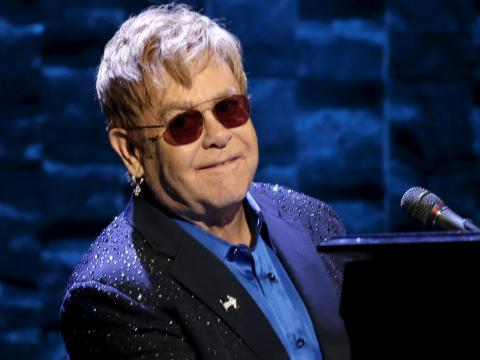 Elton John donó un estimado de 34 millones de euros a obras de caridad en 2016.
