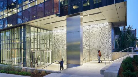 La entrada a uno de los dos grandes edificios de Troy Blocks