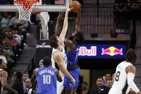 Gasol coloca a DeAndre Jordan en un partido ante los Mavericks