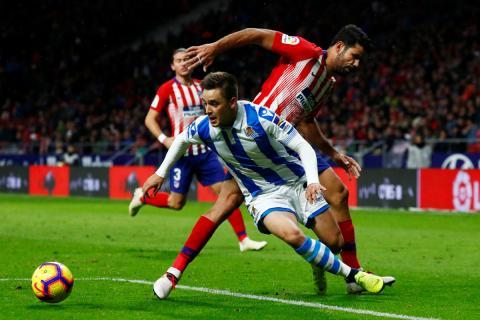 Gorosabel, ante Diego Costa en un partido con la Real Sociedad