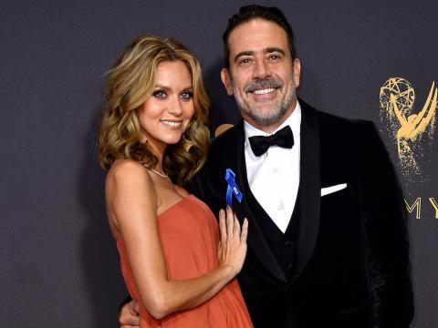 Hilarie Burton y Jeffrey Dean Morgan en los premios Emmy 2017.