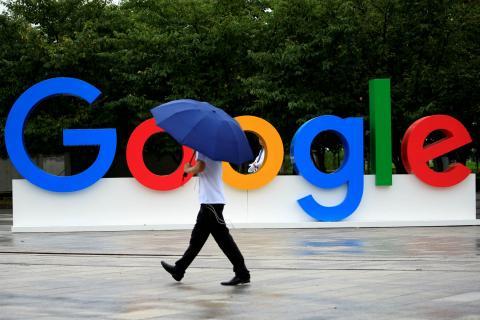 Un hombre pasa por delante de un letrero de Google.