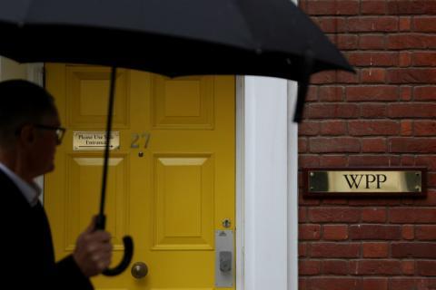 Un hombre pasa ante la entrada de WPP en Londres (Reino Unido)