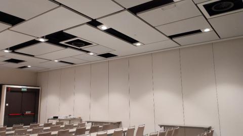 El techo puede variar en función de las luces que necesite un evento.