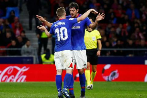 Iker Muniain y Mikel San José celebran un gol