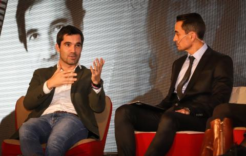 Iñaki Arrola, fundador de coches.com (izq.) junto a Manuel del Campo, CEO de Axel Springer.