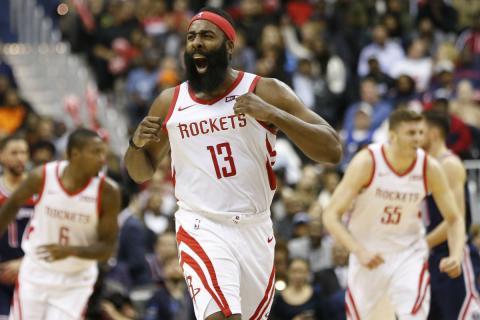 James Harden celebra un triple con los Rockets.