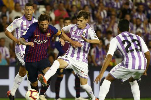 Jugadores del Real Valladolid, ante el FC Barcelona