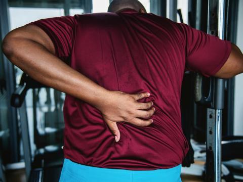 El dolor de espalda es un síntoma de cáncer de próstata.
