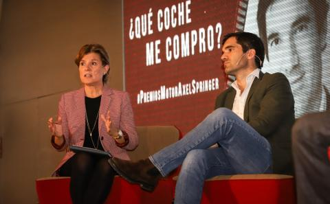 Marta Blázquez, vicepresidenta ejecutiva de Faconauto, junto a Iñaki Arrola, fundador de coches.com.