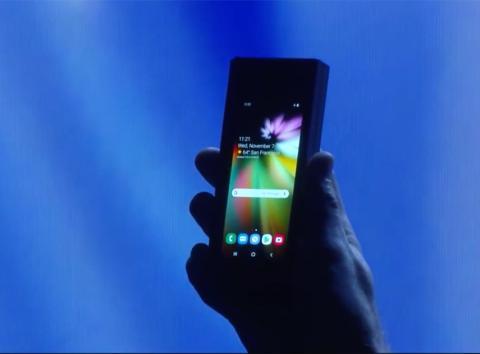 El prototipo de móvil plegable presentado por Samsung, con la pantalla plegada.