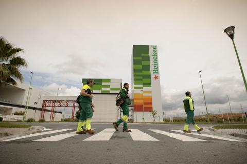 Operarios de Heineken en una de las sedes