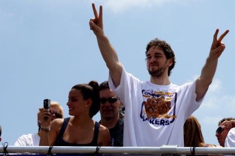 Pau Gasol celebra un campeonato de la NBA con los Lakers