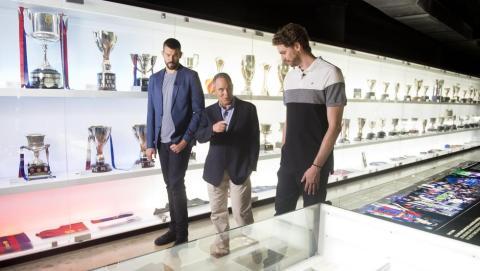 Pau Gasol y Marc Gasol, de visita en el museo del FC Barcelona