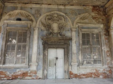 Pidhirtsi Castle has been damaged by fire and flooding over the years. The Lviv Art Gallery foundation aims to restore the mansion, but a lack of funds seems to have hampered progress. The foundation is calling for investors to