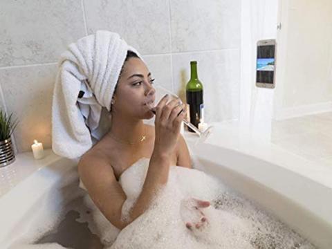 Una cortina de baño que contiene tecnología para que puedan ver la televisión en la ducha [RE]