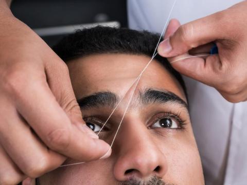 Algunos creen que la depilación con hilo de las cejas puede ser un tratamiento relajante