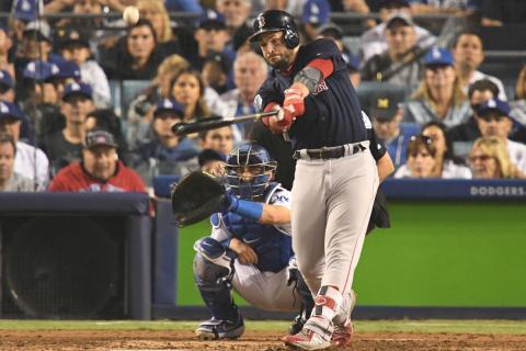 Steve Pierce, de los Boston Red Sox, batea una bola ante los Dodgers