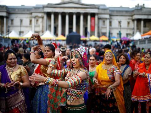 Bailarinas en Londres durante el Diwali de 2018.